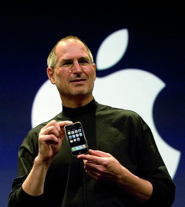 賈伯斯介紹第一代iPhone情形。(蘋果提供)