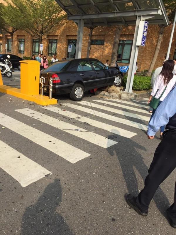 有民眾在奇美醫院拍下一張特殊的停車照片,只見一輛黑色汽車就直接橫卡在停車場入口,地上更滿布碎片,讓看到的網友直問到底是怎麼撞的?(圖擷自爆料公社)