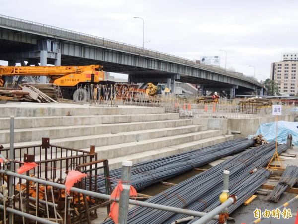 高雄鐵路地下化工程正加緊趕工,騰空後的上方土地將打造成鐵路景觀園道。(記者葛祐豪攝)