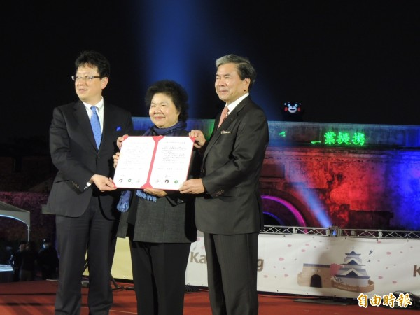 高雄市長陳菊、日本熊本縣知事蒲島郁夫(右1)、熊本市長大西一簽約,熊本熊在左營舊城城牆上搶鏡。(記者王榮祥攝)
