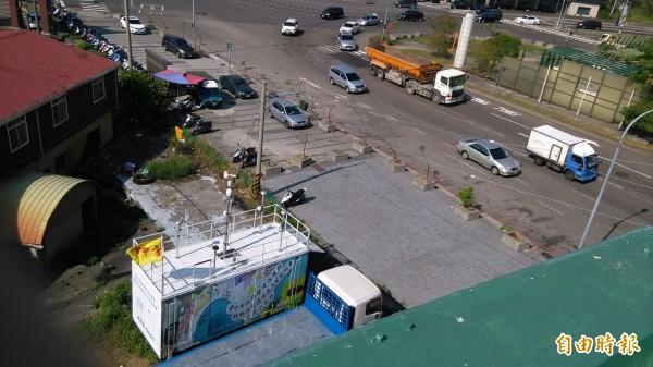 台中市固定式交通空品監測站,設置於車流量龐大的大里國光路與中興路口。(記者蔡淑媛攝)