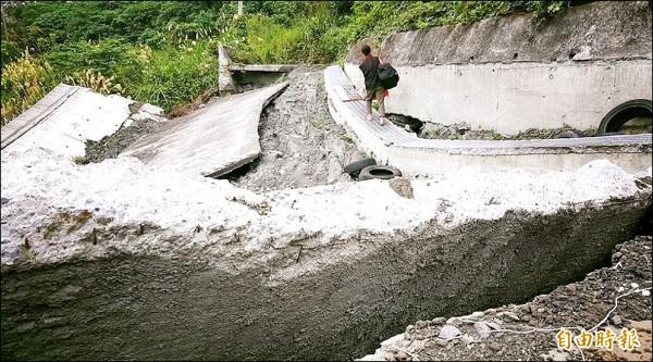 台東鹿野鄉寶華山區山徑嚴重塌陷,在地農民盼速修復。 (記者陳賢義攝)