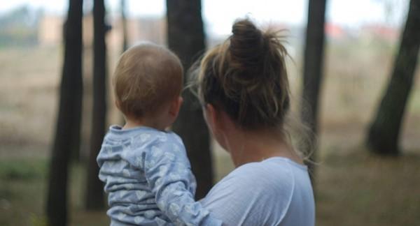 媽媽為何把小孩抱在左側,俄羅斯科學家認為與大腦有關。(圖擷自《Sputnik》)