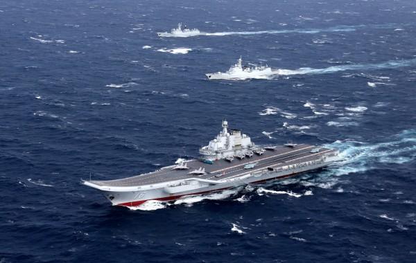 遼寧艦今日駛過台灣海峽,美國密切監視共軍行動。(路透資料照)