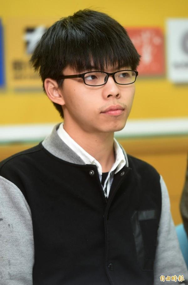 黃之鋒(圖)的助理被控去年在中國駐特別行政區聯絡辦公室外非法集結,今天凌晨被捕,中國民運人士王丹表示,「這不可能是巧合,這是報復。」(資料照,記者簡榮豐攝)