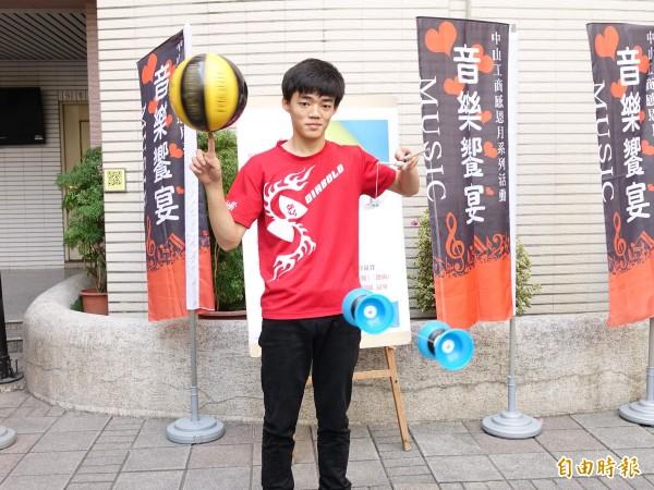 郭恆毅喜歡籃球又愛扯鈴,一手耍球一手扯鈴。(記者黃旭磊攝)