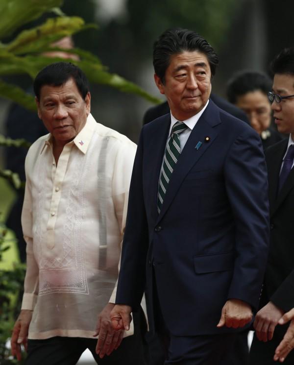 安倍晉三訪問菲律賓,並與杜特蒂會面。(歐新社)