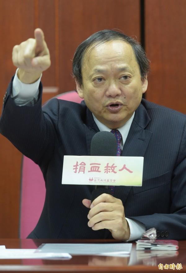 台灣血液基金會董事長葉金川12日宣布請辭,並表示壓力來自行政院。(記者張嘉明攝)