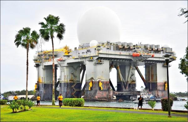 海基式X波段雷達可加強美國監控北韓長程飛彈動向的能力。圖為它二○一三年三月廿二日經過夏威夷「珍珠港—希卡姆聯合基地(Joint Base Pearl Harbor-Hickam)」水域的檔案照。(路透)