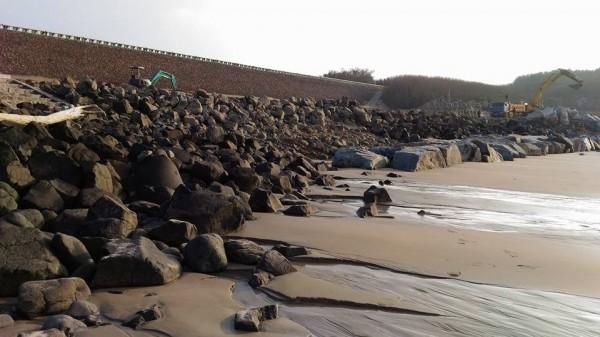 西嶼夢幻沙灘又大興土木,引發居民擔憂美景不再。(記者劉禹慶翻攝)
