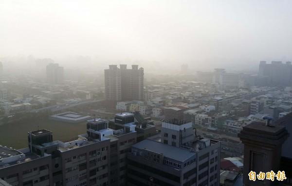 高市今天空氣品質不佳。(記者陳文嬋攝)