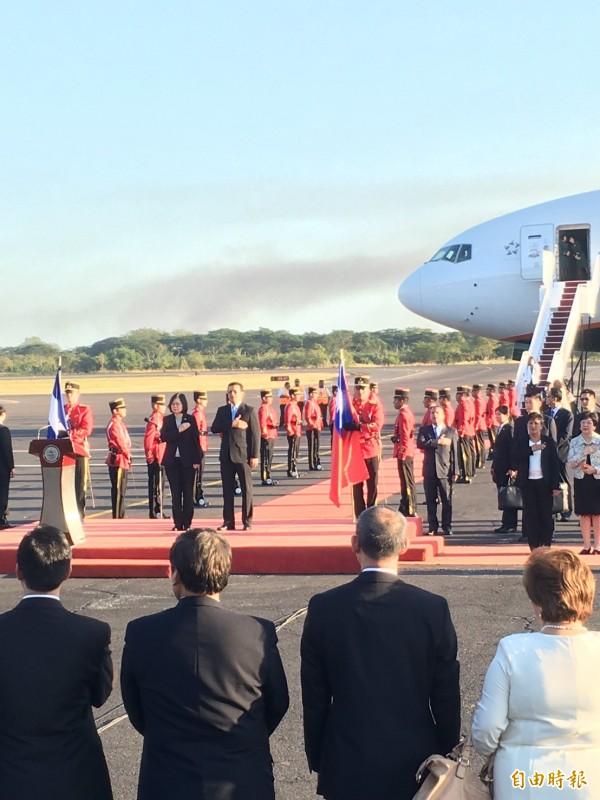 蔡英文到訪薩爾瓦多,針對中國施壓台灣非邦交國奈及利亞政府,迫遷我代表處,蔡英文表示,中國當局應想一想,這樣的策略有多少效益。(記者蘇永耀攝)