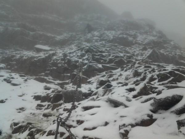 今年首波大陸冷氣團南下,若達氣候條件標準,3000公尺以上高山有望降下初雪。示意圖。(玉管處提供)