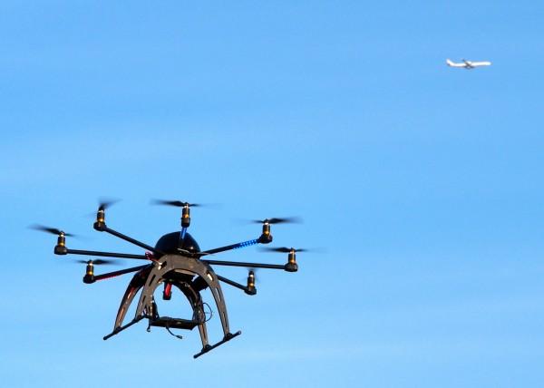 日本各地近期開始嘗試利用無人機救災的實驗。(法新社)