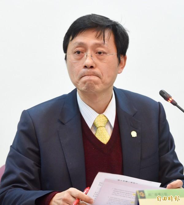 台灣大學副校長郭大維今(13)日針對台大教授郭明良論文涉嫌造假案,對外說明。郭大維面色凝重答覆媒體提問。(記者羅沛德攝)