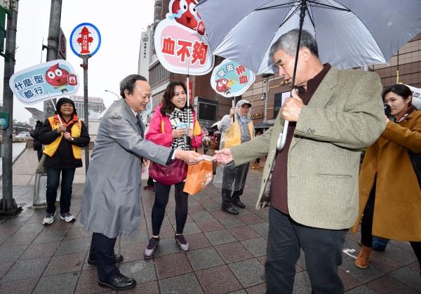 宣布將請辭的血液基金會董事長葉金川13日出席街頭活動,呼籲民眾踴躍捐血。(記者羅沛德攝)