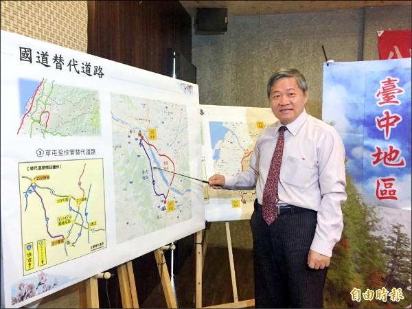 公路總局第二區養護工程處處長陳敬明說明春節疏運計畫。 (記者張菁雅攝)