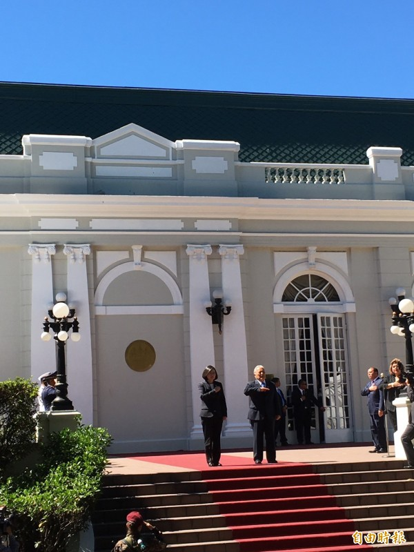 薩爾瓦多總統桑契斯頒「金質大十字勳章」給蔡總統,感謝對兩國關係的重視。(記者蘇永耀攝)
