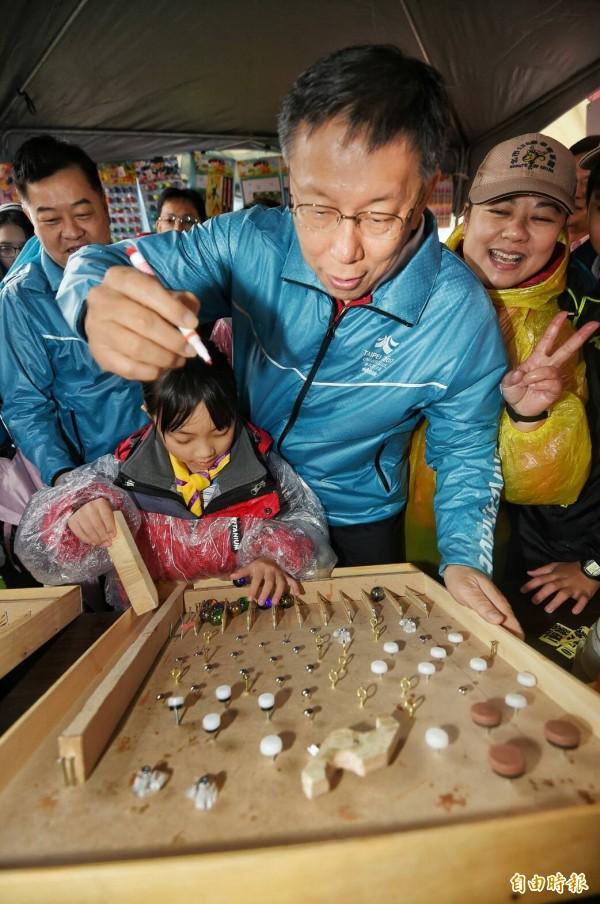 台北市長柯文哲14日前往東湖國小,出席「第七屆寒冬送暖愛心園遊會」,並參觀園遊會。(記者方賓照攝)