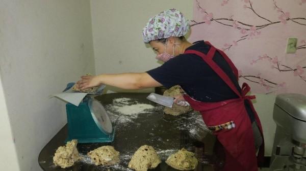 洪年香做饅頭的工作照。(慈濟基金會提供)