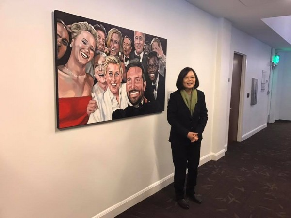 總統蔡英文與「奧斯卡史上最大咖自拍照」畫像前合影留念。(圖擷取自莊瑞雄臉書)