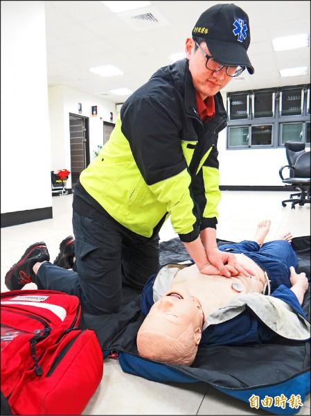 新北市消防第4大隊新店分隊專責救護隊員柯郅任,去年6成CPR高成功率,讓同事稱他為「神手級」救護員。(記者徐聖倫攝)