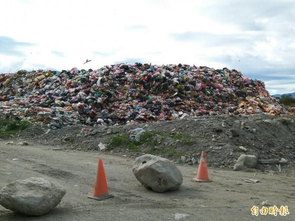 台東市掩埋場垃圾堆積如山。(記者黃明堂攝)
