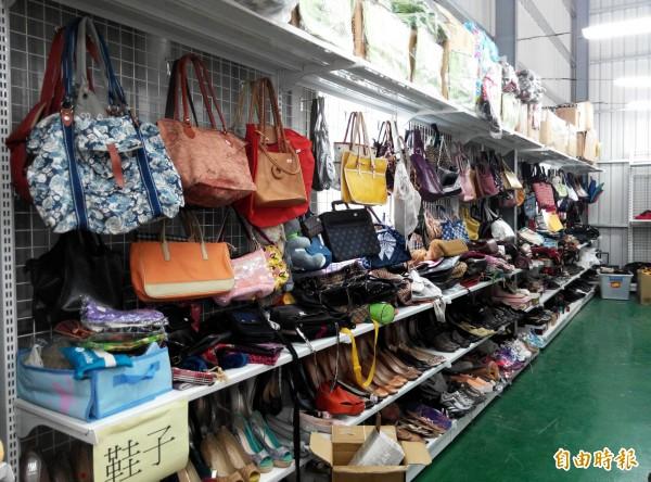 過年大掃除,民眾可捐未用可用的物資給十方啟能中心的二手商店,也可去尋寶。(記者蘇金鳳攝)