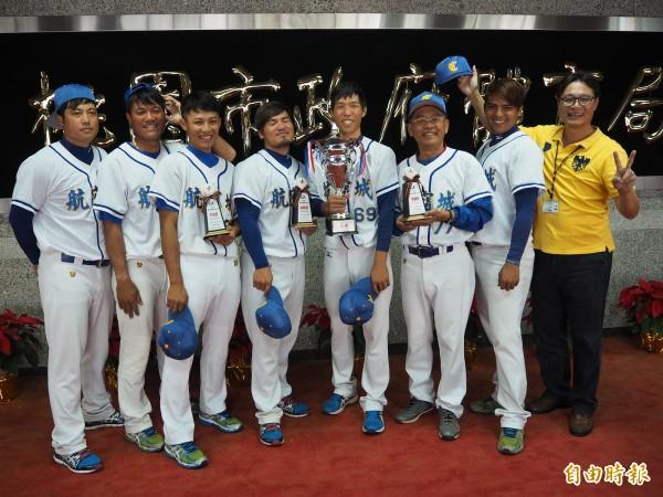 桃園航空城棒球隊去年12月在「全國社會甲組棒球冬季巡迴賽」拿下冠軍,總教練蔡榮宗(右3)還拿到最佳教練獎。(資料照,記者陳昀攝)