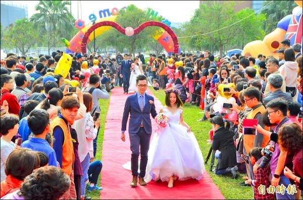 南科舉辦集團結婚,新人攜手走紅毯。(記者吳俊鋒攝)