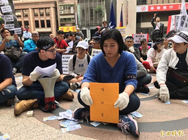 針對國民黨因組織改造擬資遣738名黨工所衍生的資遣費與退休金問題,台北市勞動局19日將召開強制協商會議。圖為國民黨黨工自救會成員手持陳情書在勞動部外靜坐抗議。(記者楊綿傑攝)