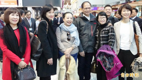 前行政院長游錫堃(右四)以美國新任總統川普就任典禮台灣祝賀團團長身分,於16日下午率團出發搭乘華航班機前往美國。(記者姚介修攝)