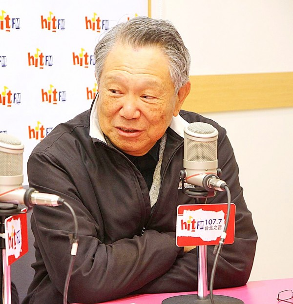 Former Chinese Nationalist Party (KMT) vice chairman Steve Chan speaks in an interview with radio talk host Clara Chou yesterday.  Photo: CNA