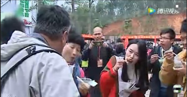 「童子尿燜豬腳」吸引不少中國人品嚐。(圖擷取自騰訊視頻)