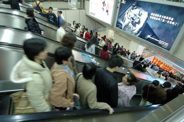 台北捷運忠孝復興站的電扶梯長度約49公尺,許多民眾不敢站在左邊,造成右排人龍長、左排空蕩蕩。(資料照,記者廖振輝攝)