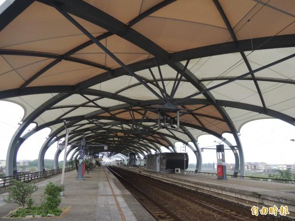 冬山火車站瓜棚薄膜修復,恢復昔日風采。(記者江志雄攝)