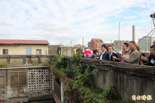 台北市副市長林欽榮(圖中)今天率台北都市計畫委員到大同區蘭州、斯文里現勘。(記者鍾泓良攝)