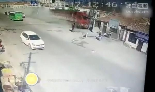 中國寧夏自治區海原縣今天發生大貨車高速衝撞民宅的嚴重車禍。(圖擷取自搜狐視頻)