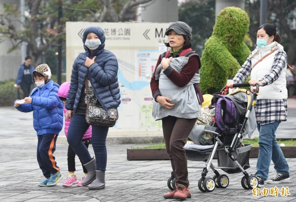 前氣象局預報中心主任吳德榮撰文指出,20日冷空氣南下,北台灣沿海空曠地區會岀現10、11度低溫,且23日還有新的冷氣團接踵而來。(資料照,記者劉信德攝)
