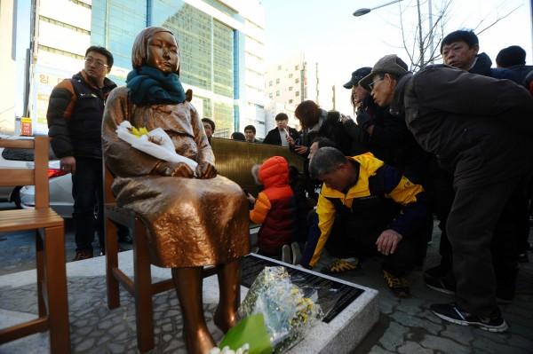 南韓民間團體在日本駐釜山總領事館前,設立慰安婦少女銅像。(路透)