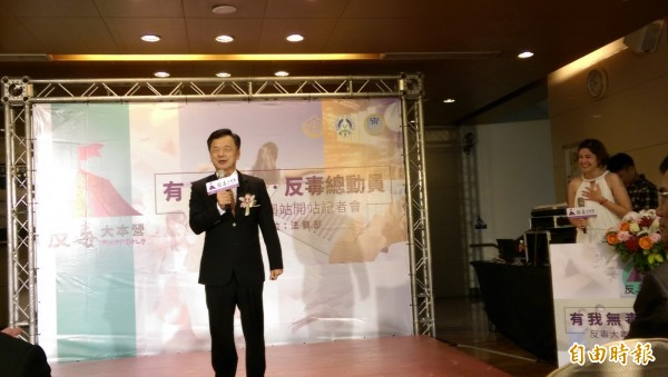 法務部長邱太三(左)指出,法務部建置「反毒大本營網站」,納入教育部和衛生福利部等部會的反毒網站。(記者項程鎮攝)