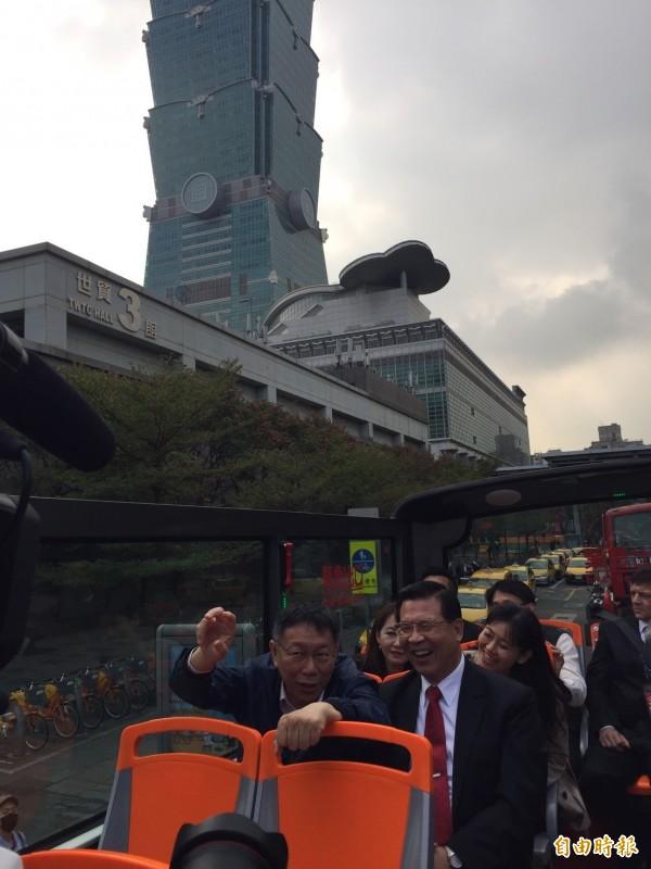 市長柯文哲搭乘時,和一旁的雙層觀光巴士執行長徐浩源閒聊如何宣傳雙觀光巴士。(記者沈佩瑤攝)