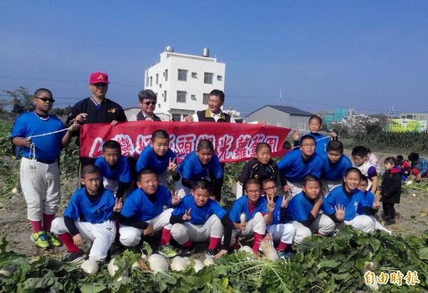安慶國小棒球隊親師生前往安南區學甲寮蘿蔔園拔蘿蔔,這次共採收約600台斤的蘿蔔做為義賣品。(記者蔡文居攝)