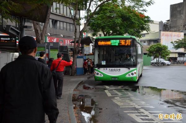 大台南公車去年(105年)總運量突破2000萬人次大關,比原訂計畫提前2年達成目標。(記者蔡文居攝)