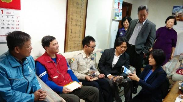 內政部長葉俊榮(左4)在信義區公所陪同下,訪視孫先生(左2)。(信義區公所提供)