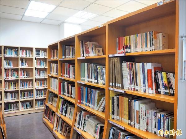 桃園市的圖書館數量、總藏書量與擁書率都是六都之末,市府文化局今年編列五千萬元購書預算,可望增加近二十萬冊書籍。(記者陳昀攝)