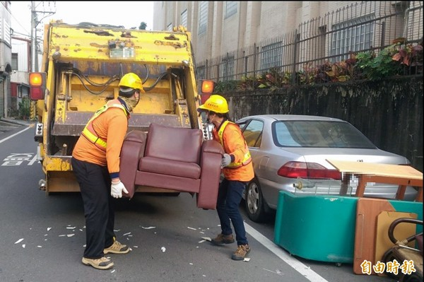 過年將屆,嘉義市清潔隊協助民眾收運舊家具及回收物。(記者丁偉杰攝)