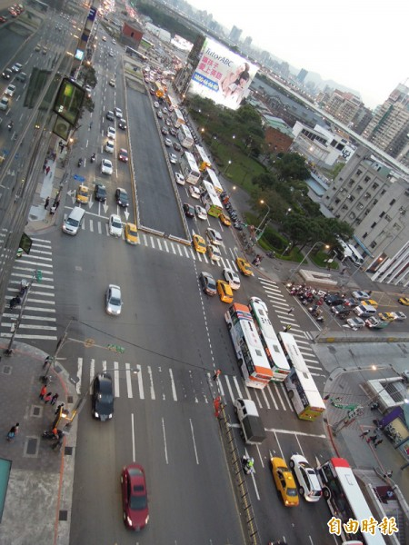 客運業者指出,春節台北轉運站的客運頻繁進出,將造成市民大道一段與高架橋塞車。(本報資料照)