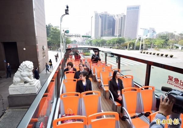 巴士上層採開天設計,讓觀光客感受不同的視野。(記者羅沛德攝)