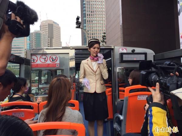 正妹乘務員為媒體和貴賓進行解說導覽,她曾經擔任過空姐,轉換跑道到雙層觀光巴士服務旅客。(記者沈佩瑤攝)